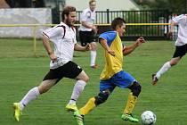 Fotbalisté Petrova (modrožluté dresy) v 1. kole okresního poháru deklasovali domácí Lovčice 7:0 a bez problémů postoupili do další fáze soutěže.