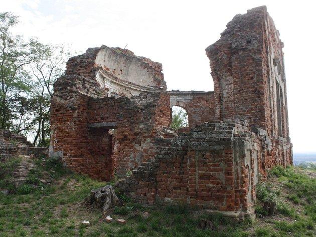 Hrad ve Bzenci a pozůstatky kaple. Ilustrační foto.