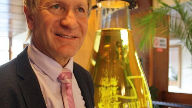 Předseda představenstva Templářských sklepů Čejkovice Pavel Pastorek s největší láhví na víno v České republice.