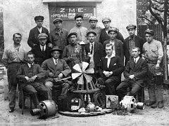 Skupina elektrikářů ZME v Hodoníně před trafostanicí v roce 1923.