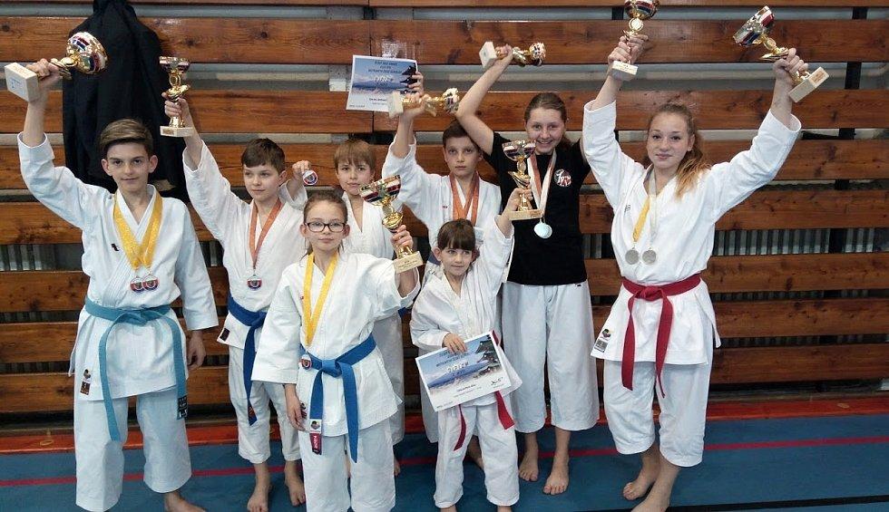 Hned čtyři tituly získali na mistrovství České republiky v Goju ryu mladí hodonínští karatisté. Úspěšní členové klubu Šin-mu uspěli také v soutěži družstev. V konečném pořadí klubů obsadili skvělé druhé místo.