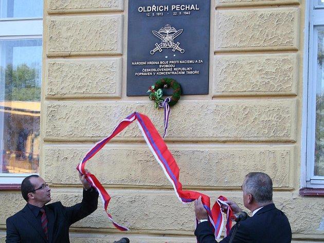 Odhalení pamětní desky Oldřicha Pechala.