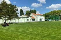 Nové travnaté hřiště se závlahou a zázemí fotbalistů TJ Jiskra Strážnice.