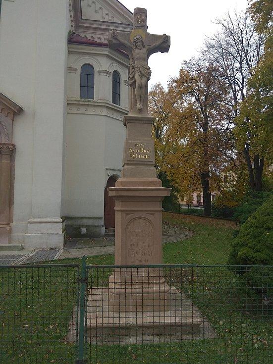 Kříž u kostela v Podolí na Brněnsku.