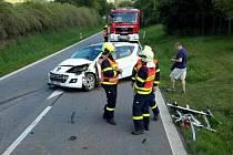 Peugeot, v němž jely dvě ženy, se několikrát převrátil. Zůstal stát na silnici poblíž Vlkoše.