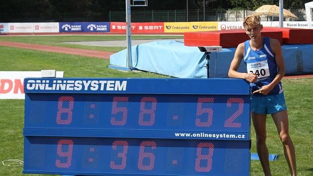 Hodonínský běžec Filip Sasínek překonal v závodě na tři kilometry překážek rekord domácího šampionátu.