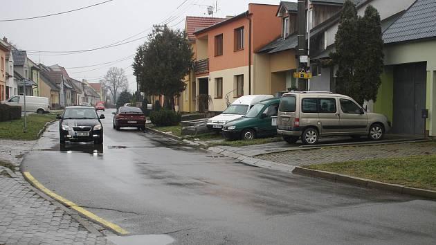 Parkování v Crhounkově ulici je problémové.