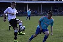 Fotbalisté Strážnice porazili ve 21. kole okresního přeboru Dolní Bojanovice 2:0 a s devítibodovým náskokem zůstali v čele tabulky.