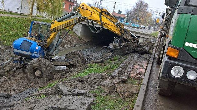 Čištění koryta Prušánky v Dolních Bojanovicích.