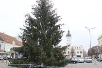 Kyjovští už zdobí vánoční strom.