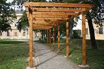 Veselí nad Moravou dokončuje revitalizaci zámeckého parku. Jeho součástí jsou i nové pergoly, které doplní popínavé rostliny.