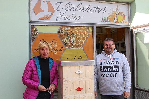 Marcela a Martin Šafářovi před svým Včelařstvím Ježov.