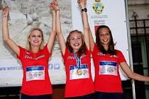 Mladá hodonínská běžkyně Tereza Korvasová (vlevo) spolu s kolegyněmi z týmu, Carmen Idris Beshirovou a Michaelou Stránskou, vybojovala na mistrovství světa v běhu do vrchu v soutěži družstev bronz.