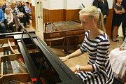 Šestnáctka žáků Základní umělecké školy Kyjov předvedla své dovednosti. Zazněly klasické skladby pro klavír, housle, klávesy a cimbál. Při několika příležitostech vystřídal nástroje i zpěv.