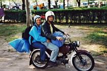 Marie a František Schossmeierovi na Jawě 50 Mustang na jedné z jejich motorkářských dovolených.