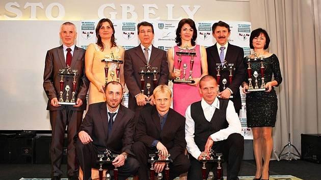Rohatecký vytrvalec Luděk Durďák (vlevo dole) pózuje společně s dalšími vítězi Moravsko-Slovenského běžeckého poháru 2016.
