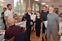 Veteránského vzpěrače Josefa Vybírala a nadějnou tanečnici Lindu Ondrušovou ocenili v pondělí zastupitelé Strážnice.