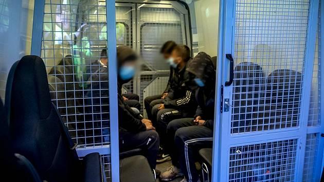 Cesta cizinců skončila v Lanžhotě. Z kamionu přestoupili do policejní dodávky.