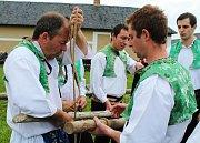 Tradičním stavěním máje a folklorním programem odstartovala nová návštěvnická sezona ve strážnickém skanzenu.