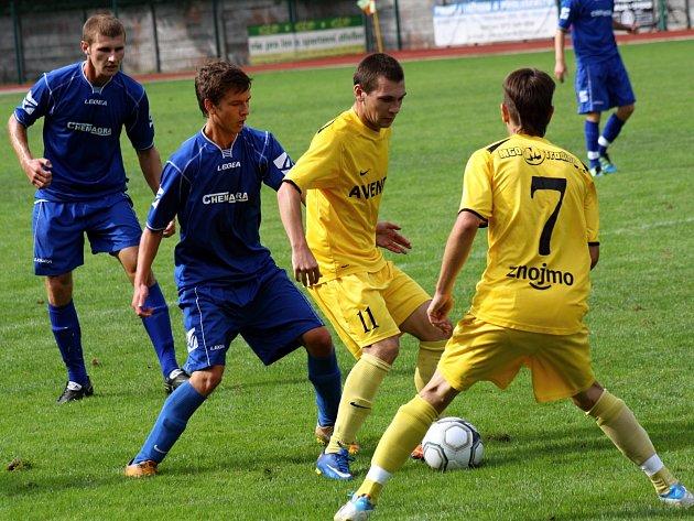 Zatímco na podzim se z vítězství radovali hodonínští dorostenci (v modrém), ve středu brali všechny body mladíci ze Znojma.