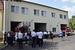 Hodonínští profesionální i dobrovolní hasiči mají novou přístavbu zbrojnice. Požehnal ji i děkan.