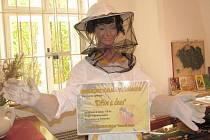 Na výstavu zve přímo v muzeu postava včelařky.