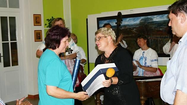 Čestné občanství in memoriam převzala za zemřelého Miroslava Bravence jeho manželka Eva z rukou starostky Marty Výmolové.