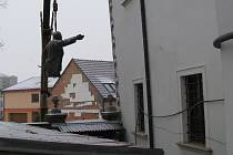 Socha V. I. Lenina při stěhování. Dnes jeho torzo slouží jako výstavní artefakt.