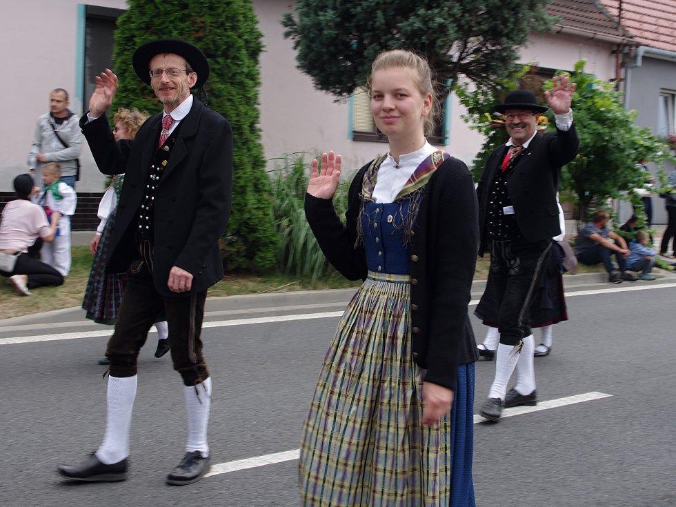 Strážnice o víkendu žila třiasedmdesátým folklorním festivalem. Do slavnostního průvodu se zapojili i členové souborů, kteří se představili v programu Od Šumavy k Alpám.
