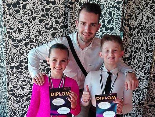 Hodonínští tanečníci Filip Mezihorák s Klaudií Horatiusovou pózují společně s předsedou klubu TK Orion Rudolfem Jelínkem.