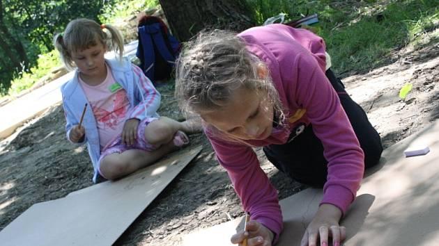 Druhý ročník Letních tvořivých dílen, které ve Velké nad Veličkou uspořádalo občanské sdružení Futra, nabídl možnost naučit se fotit, vytvořit kulisy pro loutkové divadlo, malovat a tvořit keramiku.