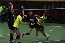 Hodonínské házenkářky (ve žlutém) prohrály v prvním utkání roku 2021 v Olomouci 26:37.