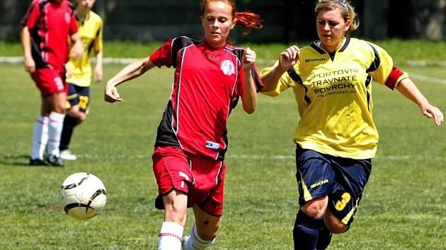 Hodonínská kapitánka Ilona Podrazilová (ve žlutém) bojuje o míč s hráčkou Slovanu Ostrava. Ilustrační foto.