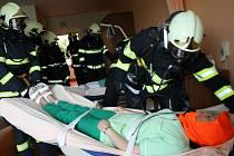 Hasiči zachraňovali klienty S-centra na evakuačních podložkách. Cvičně.