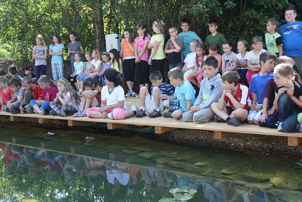 Geologickou zahradu škola slavnostně otevřela ve středu dopoledne. Žáci si výuku zpestřili soutěžemi. Geopark bude vhodný nejen pro hodiny zeměpisu či přírodopisu, ale ipro ostatní předměty. Vmístě je jezírko, rostliny ihorniny.