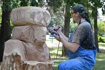 Šest umělců tesalo šest soch v hodonínském lázeňském parku. Zúčastnili se čtvrtého ročníku sochařského sympozia Dřevosochání v lázních.