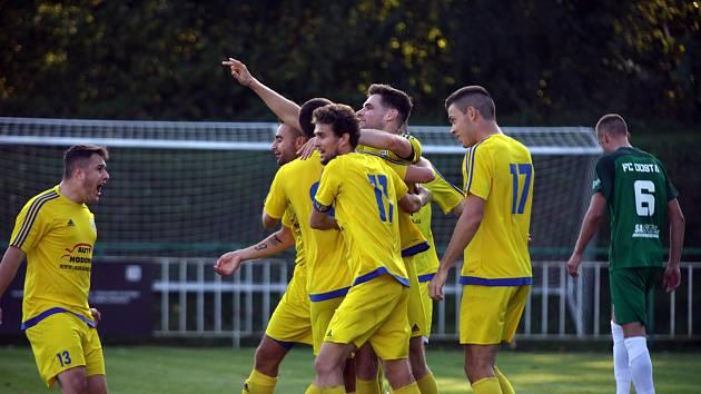 Ratíškovičtí fotbalisté (ve žlutém) zaskočili v desátém kole krajského přeboru Bystrc, kterou na jejím hřišti porazili 3:1.