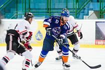 Hodonínští hokejisté (v oranžových dresech) prohráli v úterným přípravném zápase s Trnavou 2:3.