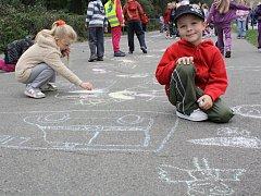 Malování na silnici na Mírovém náměstí.