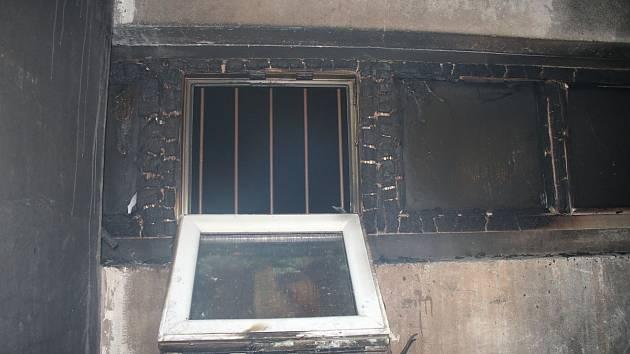 Na sídliště Jihovýchod v Hodoníně zamířily krátce po půlnoci v noci na neděli tři jednotky hasičů, aby zlikvidovaly požár ve sklepě bytového domu.