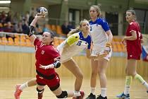 České dorostenky (v červených dresech) porazily v hodonínské sportovní hale TEZA Slovinsko 31:27. Se stejným soupeřem si poradily i juniorky.