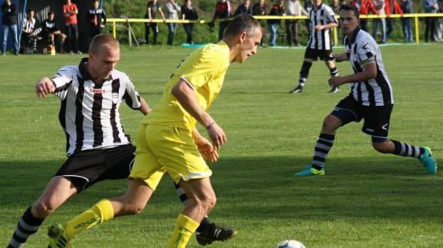 Fotbalisté Kozojídek (ve žlutých dresech) v pondělní dohrávce dvacátého kola vyřídili třetí Dambořice 5:0 a v čele tabulky udrželi sedmibodový náskok před druhými Vnorovy.