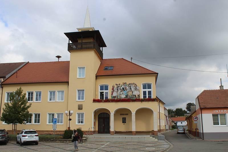 Náměstí Míru ve Vracově, severní část s radnicí. Jižní část náměstí získá novou podobu.