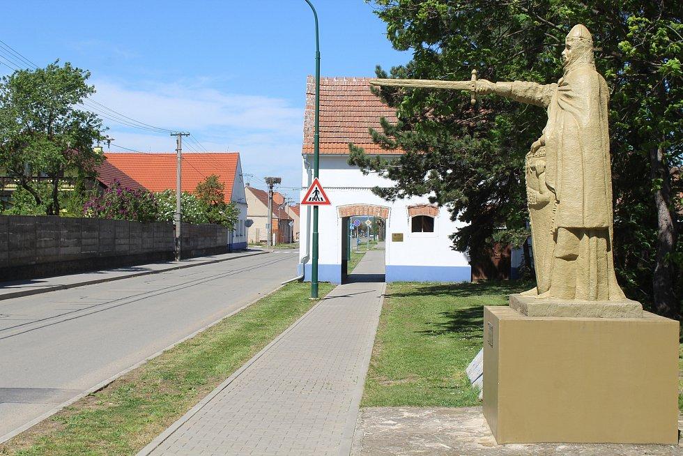 Socha zakladatele obce Sudomíra.