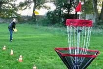 Disc Golf se místo klasických golfových holí a míčků hraje s plastovými talíři. Cílem je trefovat se do speciálních košů. Hráč, jenž dohraje kolo na hřišti s nejmenším počtem hodů, se stává vítězem.