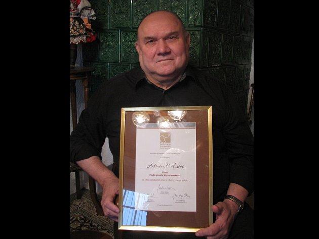 Antonín Pavluš s oceněním od Asociace trumpetistů ČR.