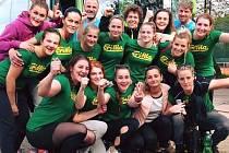 Hodonínské házenkářky se radují z výhry v Praze, kde porazily poslední Kobylisy 36:27 a v čele první ligy udržely jednobodový náskok před druhou Plzní.