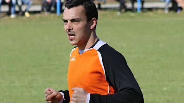 Fotbalisté Žarošic doma zvládli důležitý záchranářský duel s Podivínem, který porazili 1:0. Na snímku je útočník Jan Strmiska.