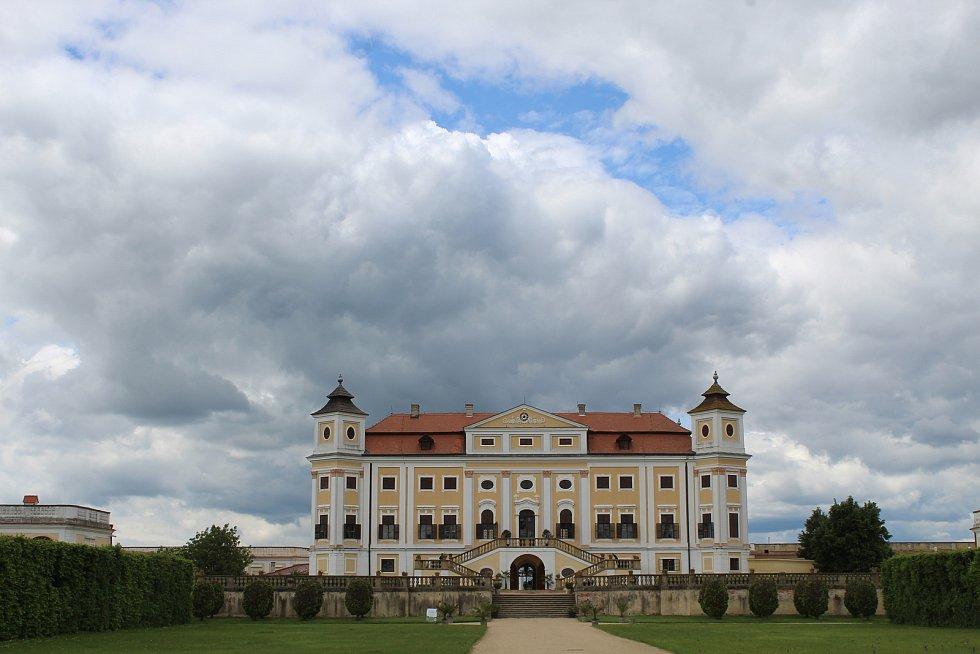 Návštěvníci barokního zámku v Miloticích se mohou od pondělí podívat také do interiérů.