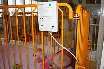 Deset přístrojů monitorujících dech novorozenců i batolat do jednoho roku věku předala dětskému oddělení hodonínské nemocnice Nadace Křižovatka.